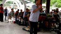 乐友们公园里演唱吕剧选段《老来难》