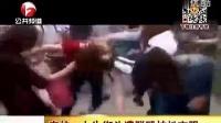 街头实拍红衣女子遭众人群殴扒衣。。。