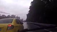 路况差路段出租车开快车急刹路怒