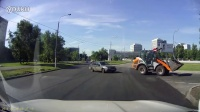 神反应!铲车司机公路闪躲避免事故