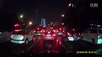 粤B8Y6V5红色的士在市委深南路段压实线变道
