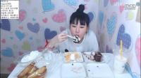弗朗西斯卡吃蒜香面包蛋糕