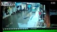 国外街道被淹,漏电瞬间电死三人