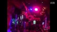 泰国酒吧里的舞姬跳钢管舞,太妖媚了
