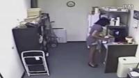 国外一名女子偷喝同事牛奶后,竟用自己母乳还回去
