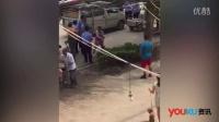 实拍街头城管群殴一名女性 女子多次被重摔在地