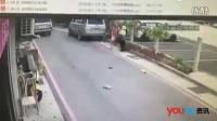 不满被连开六张罚单 司机手持菜刀怒砍交警
