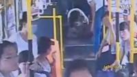 """监拍女子突发心脏病晕倒 公交车""""秒变""""急救车"""