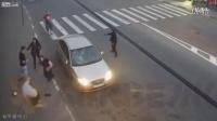 俄罗斯街头路怒一幕:掏抢也没用,照样把车砸个稀烂!