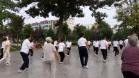 为迎接全民健身日的到来,和谐太极拳队在陈先民主任、陈英贤局长、谢宗立院长的带动下在府前广场晨练杨式《二十四式太极拳》
