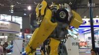 【拍客】国内首款能左右摇摆变形金刚机器人亮相上海