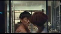 王宝强为了与美女坦诚相见也是拼了,让小帮手帮忙把衣服都变没了