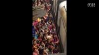 监控实拍:看印度人是如何搭火车的 太拼了...