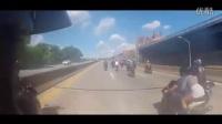 大闹纽约,路虎司机欺负了摩托车手后就捅了马蜂窝。