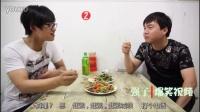 俩男子嫌吃饭太没意思,喊来两个朋友一块热闹