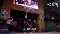 佩顿在巴西的一次NBA宣传活动上,台下突然有名观众要上来露一手,佩顿以为他是来搞笑的,结果一出手全场震惊了。。。太逆天了