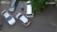 两个女司机一起停车 让人哭笑不得