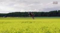 MTB大神MartinSöderström和BMX大神DawidGodziek一起在油菜花地炫技