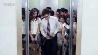 搞笑-20120925-屌丝男为挤超重电梯扒下美女内衣