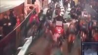 视频: 94_纽约布鲁克林一场cc国际彩球平台出租_cc国际新网站网站网_cc国际黑平台吗赛_一辆本应领航的摩托不知何故停在赛道上引发撞车