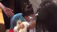 港台:小糯米上学跪地大哭闹脾气  刘恺威杨幂轮流送女儿上学