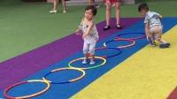 宝宝在幼儿园里蹦圈圈