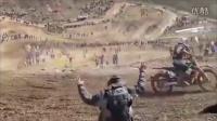 搞笑视频大全:实拍摩托车手比赛遭六车碾压