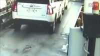 """搞笑视频集锦:监拍警察开枪抓获""""油耗子"""""""
