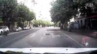 搞笑真人视频:行车记录-狗日非机早日上西天