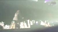 那英在好声音澳门演唱会上和歌迷握手,结果戒指被掳走