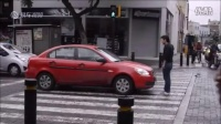 路人给了这辆停在斑马线上的车永生难忘的教训!