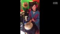 云南丽江风俗,有谁知道这美女拍的是什么乐器吗