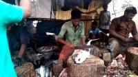 实拍印度小伙街头卖鱼,小伙这技术恐怕很难领到工资了!-今日头条
