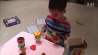 小宝在制作自己的冰激凌