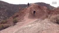 越野山地自行车旋转跳跃 打破常规体验极限