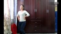 牛仔裤美女中学生的漂亮舞蹈
