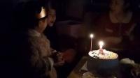 4岁的栩语和姐姐一起祝福姥爷生日快乐