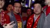 国足输球后女记者场外高能采访 球迷高喊退钱!