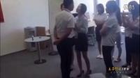 实拍北京一公司为凝聚人心 女员工须每天排队吻老板