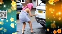 全娱乐早扒点 2016 10月 女星裹浴巾外出捡东西 浴袍滑脱春光外泄 161021