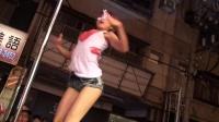 白衣+牛仔短裤性感美女街头钢管舞大秀实拍