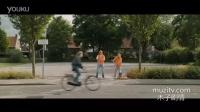 骑个自行车在路上乱窜还表演杂技,不会有好结果