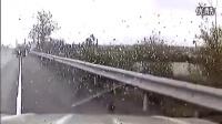 最惨烈车祸!高速不系安全带人被甩出高空几米