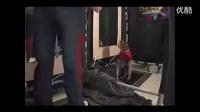 整蛊恶搞视频 当美女在更衣室脱内衣时出现猴子的爆笑(1)
