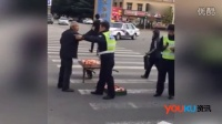 网传交警打卖苹果大爷  系因老人酒后阻塞交通不听劝