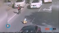 监拍女童骑儿童玩具三轮车穿马路 交警及时抱回