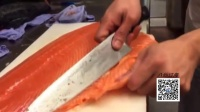 看专业人士 是怎么将整条挪威三文鱼 切成生鱼片的  这刀法 我也是醉了