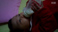3个月婴儿自己抱奶瓶喝奶奶
