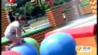 娱乐视频:圆领女学生半蹲过食人花