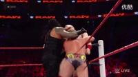 【WWE美国职业摔跤】送葬者放倒比赛台上...